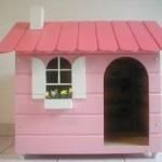 O charme de uma casa de madeira pintada de rosa