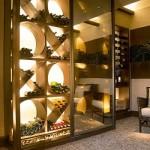 Garrafas de vinho alinhadas numa adega com repartições modernas