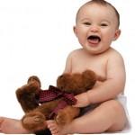 Bebê brincando com o ursinho (Foto:Divulgação)
