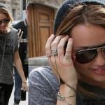 Miley Cyrus e uma das suas tatuagens nos dedos (Foto:Divulgação)