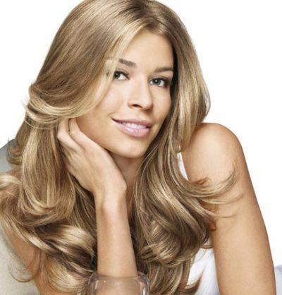 Mantenha os seus cabelos loiros lindos no verão cuidando deles adequadamente. (Foto: Divulgação)