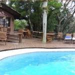 Belas cadeiras e mesas para a área da piscina