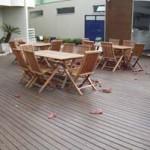 Mesa e cadeiras para deck de piscina