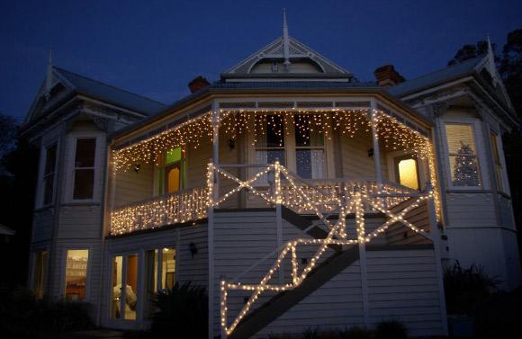 Decoração de Natal com luzes na escada