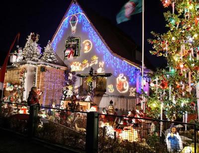 Decoração de Natal com bonecos e luzes