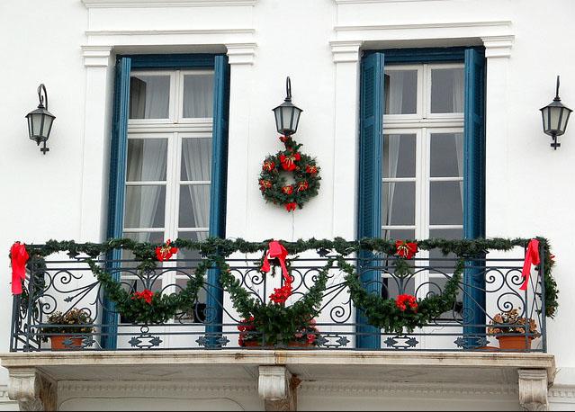 Decore a sacada pera o Natal com guirlandas (Foto: Divulgação)