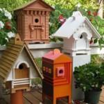 As casas de passarinho variam quanto ao formato, cor e tamanho.