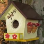 Casa de passarinho de madeira pintada.