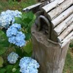 Casa de passarinho feita com pedaços de troncos de árvore.