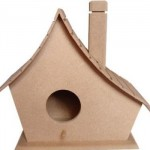 Casa de passarinho feita com madeira.