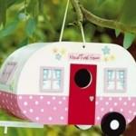 O design de um trailer serviu de inspiração para a casa de passarinho.