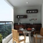 Móveis para fazer refeições decoram a varanda.