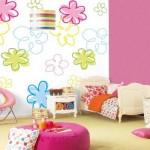 Quarto de menina decorado com papel de parede.