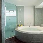 Considerado um elemento indispensável, o box define a área de banho.