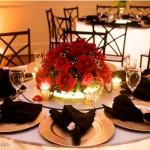 Centro de mesa com flores e velas