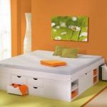 A cama de casal se apresenta como ponto focal da decoração