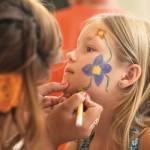 Contrate alguém para fazer maquiagem artística nas crianças.
