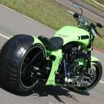 Moto tunada com rodão.