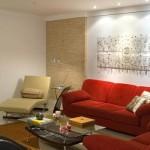 O sofá vermelho é receptivo e acolhedor.