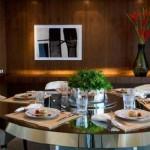 Uma mesa de jantar arrumada, pronta para a refeição.