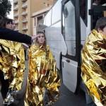 Sobreviventes do naufrágio do Costa Concórdia entrando no ônibus disponibilizado para o transporte até o hospital