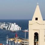 Navio de cruzeiro Costa Concórdia após ter se chocado contra uma rocha não cartografada na costa italiana. 40 pessoas continuam desaparecidas