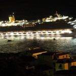 Navio de cruzeiro Costa Concórdia após ter se chocado contra uma rocha não cartografada na costa italiana.