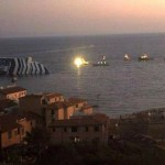Imagem do local do acidente ao anoitecer, barcos resgatavam os sobreviventes