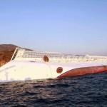 Imagem do navio tombado após o acidente