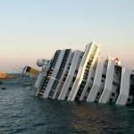 Foto do navio Costa Concordia, acidente que deixou pelo menos 3 mortos, 50 feridos e 40 ainda desaparecidos