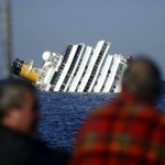 Passageiros observam o navio naufragado