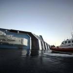 Equipes de resgate retiram os sobreviventes do navio