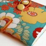 Um caderno encampado com tecido floral.