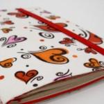 Caderno customizado com tecido e fechamento em elástico.