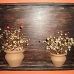 Um enfeite rústico com flores secas.