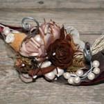 Flores secas dão origem a uma peça de decoração.