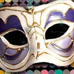Máscara de meio rosto decorada artesanalmente