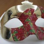 Máscara de meio rosto em plástico dourado com aplicação de tecido