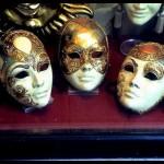 Máscaras com detalhes em relevo e pedraria