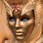 Máscara em gesso dourado