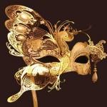 Máscara de meio rosto com detalhe de borboleta dourada