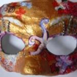 Máscara artesanal feita em papel mache
