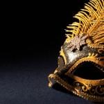 Máscara de meio rosto com detalhe em pena. (Foto: Divulgação)