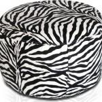 Puff com estampa de zebra.