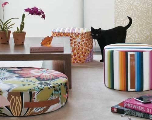 Puffs estampados decoram a sala de estar.