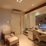 A sala de estudos destaca os elementos de tranquilidade e opta pelo neutro