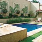 Muro residencial garante a privacidade da piscina