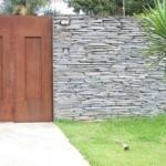 Fachada tem muro de pedras naturais