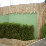 Muro moderno mescla as pedras com a pintura e os elementos verdes