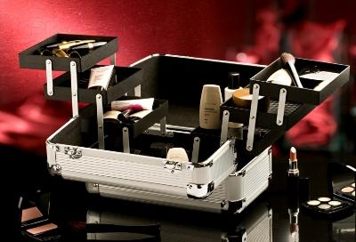Para organizar a sua maquiagem, uma necessaire com vários compartimentos é ideal. (Foto: Divulgação)